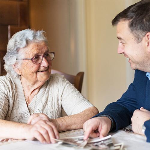Seniorin mit Demenz wird Zuhause betreut