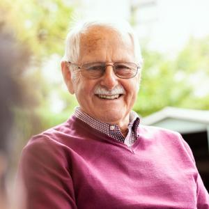 Angehöriger von Seniorin mit Demenzbetreuung